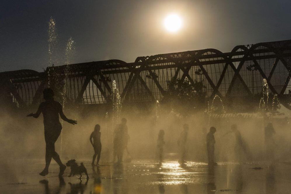 Varias personas se refrescan en las fuentes de Madrid Río de la...