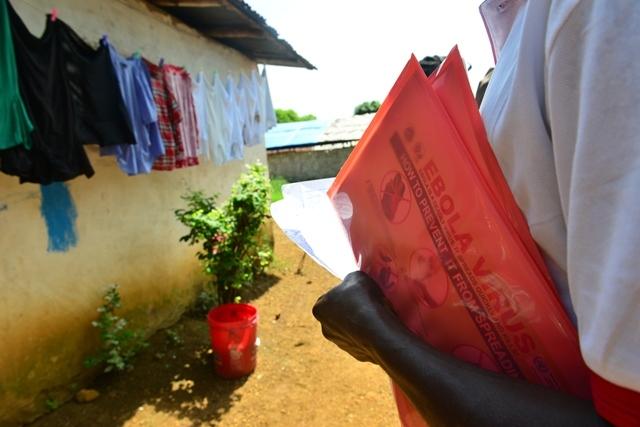 Un trabajador liberiano con material informativo sobre el ébola