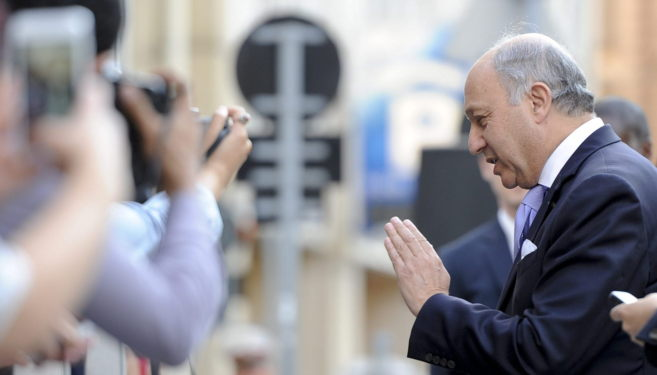 El ministro de Exteriores francés, Laurent Fabius, se dirige a los...