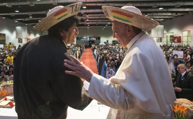 El Papa y presidente boliviano, con sombreros típicos de la región...