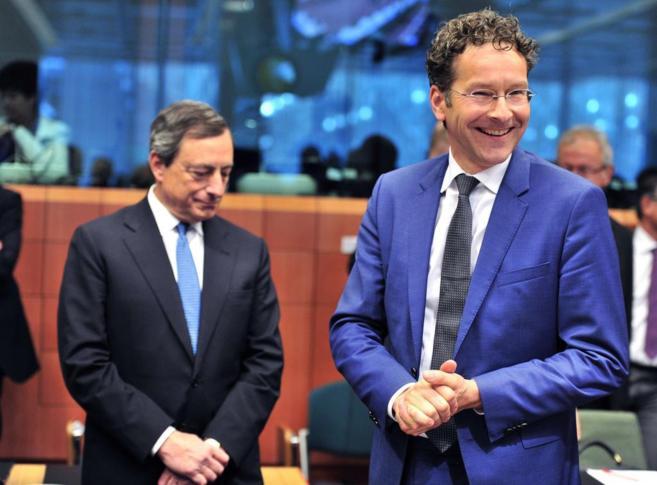 El presidente del Banco Central Europeo, Mario Draghi (iz) y el...