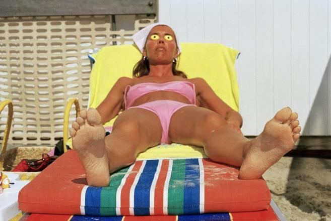 Una mujer tomando el sol