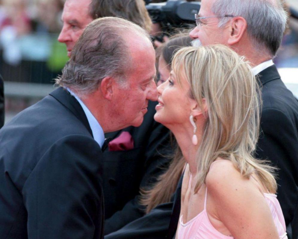 """El Rey Juan Carlos saluda a su """"amiga entrañable"""" Corinna en los..."""