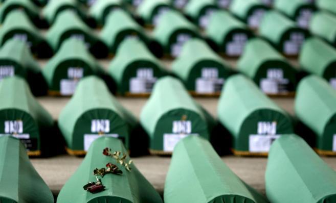 Pétalos de rosa sobre un ataúd en Srebrenica.