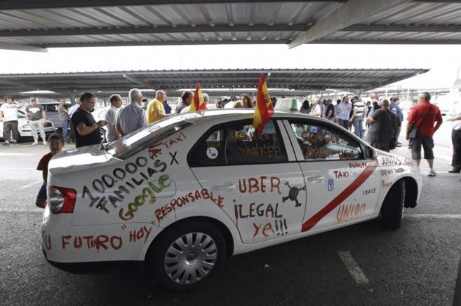 Un taxi de Madrid con pintadas en protesta por Uber, unas de las...