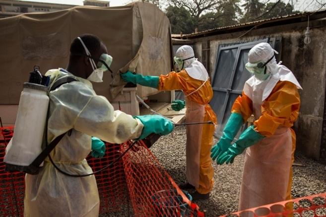 Desinfectando el traje especial de tratamiento del ébola