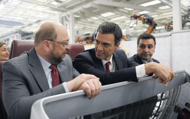 El secretario general del PSOE,  Pedro Sánchez (c), junto al...
