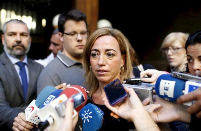Carma Chacón atendiendo a los medios en la calle Ferraz de Madrid.