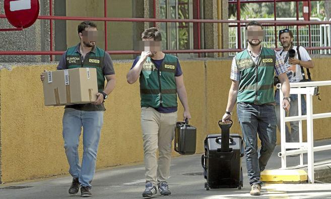 Tres investigadores de la UCO de la Guardia Civil salen del registro...
