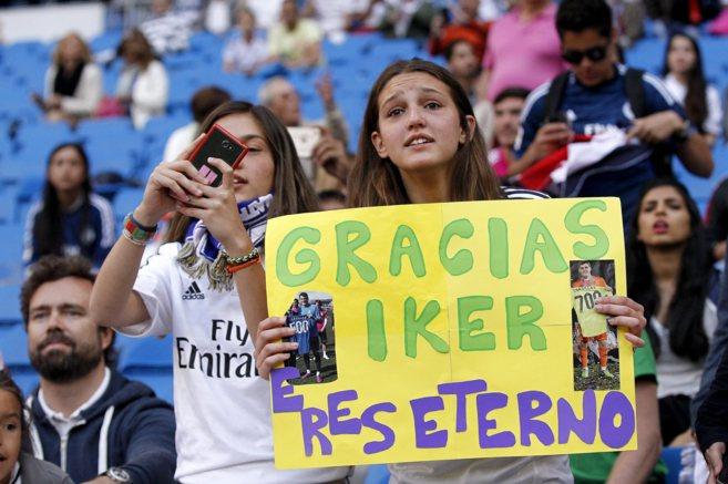 Aficionados del Real Madrid, en el Bernabéu, en el partido ante el...