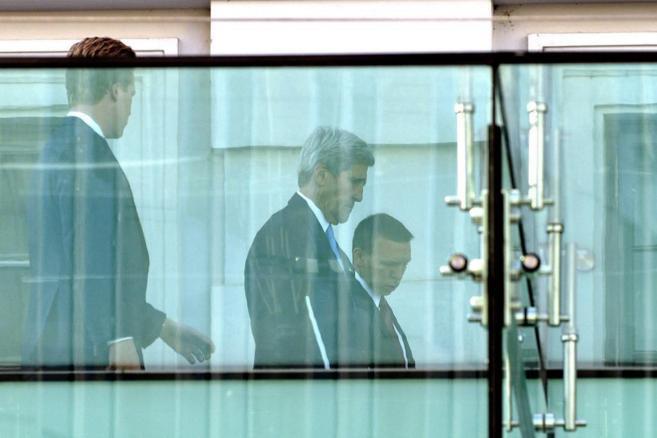 El secretario de Estado de EEUU, John Kerry (c), en el Palacio Coburgo...