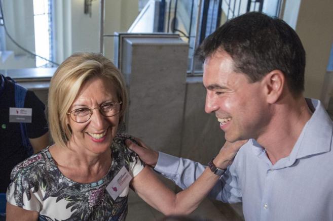 Rosa Díez saluda a Andrés Herzog durante el congreso de UPyD.