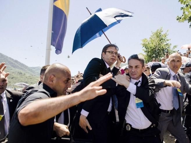 Los guardas de seguridad del primer ministro serbio, ayer, en...