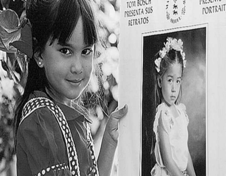 Finales de los 80. Dos niñas juegan en el jardín de su casa a...