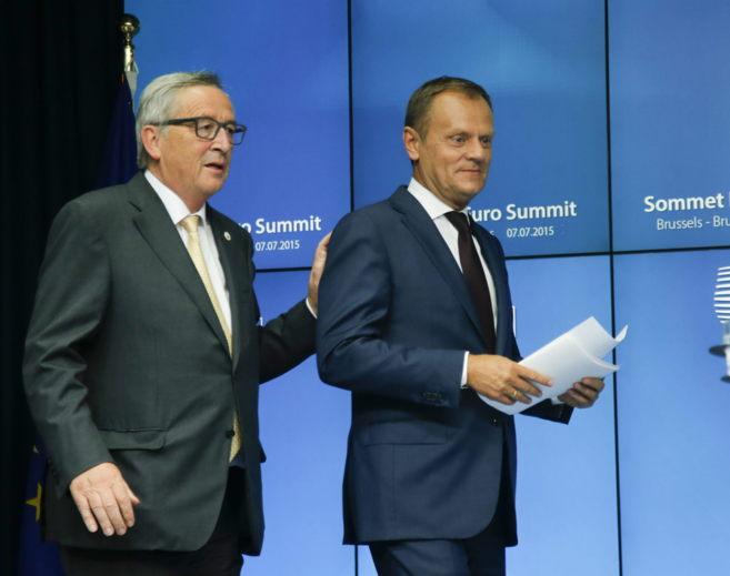 El presidente del Consejo Europeo, Donald Tusk (dcha.), y el...