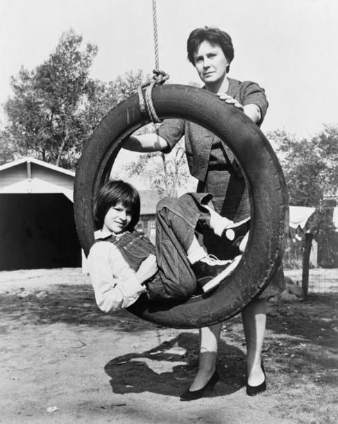 La novelista americana Harper Lee junto a su doble de niña, la actriz...
