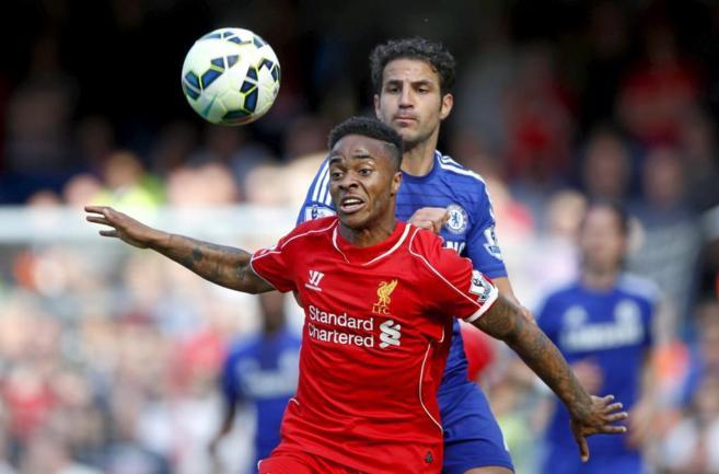 Sterling defiende un balo durante el partido ante el Chelsea