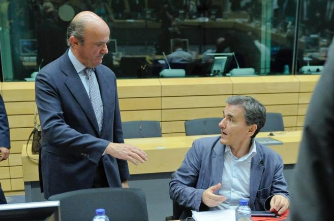 Luis de Guindos, ministro de Economía, saluda a su homólogo griego...