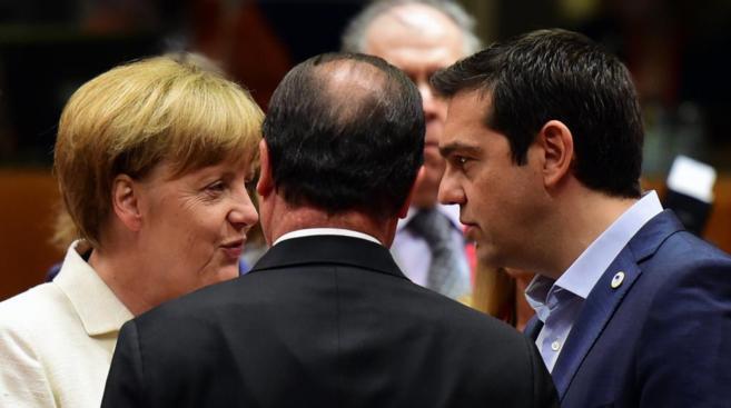 La canciller alemana, Angela Merkel, conversa con Alexis Tsipras, este...