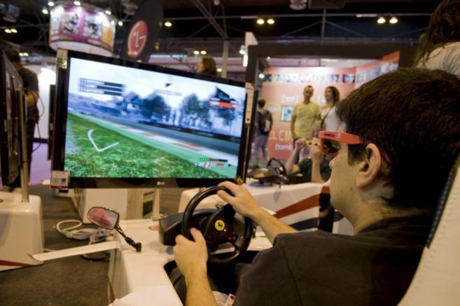 Un joven prueba un videojuego en 3D durante una convención del sector...