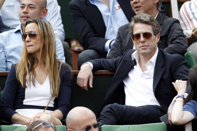 Hugh Grant, acompañado por la madre de su tercer hijo, Anna Elisabet...