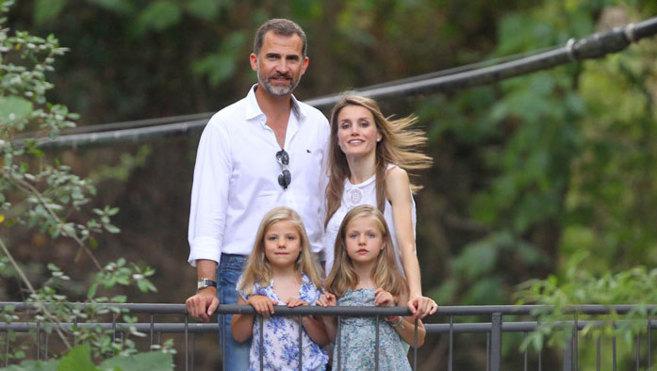 Los Reyes y sus hijas, durante una visita a la granja de Esporles,...