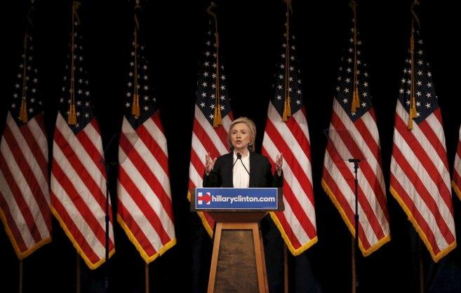 Hillary Clinton expone su programa económico en la Universidad The...
