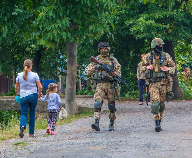 Fuerzas de seguridad ucranianas peinan el pueblo de Bobrovyshche en...