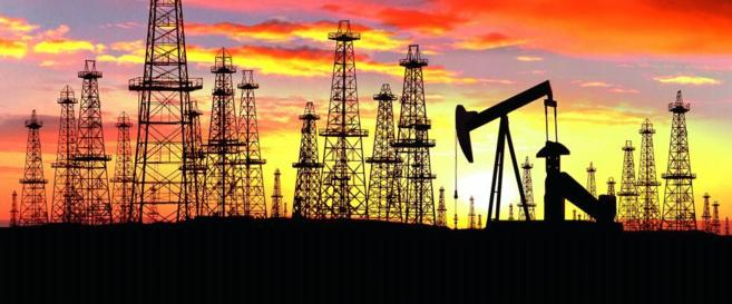 Torres de una refinería de petróleo en Sunset