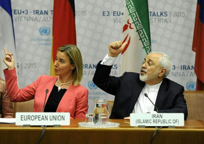 La Alta Representante de la UE, Federica Mogherini, y el ministro de...