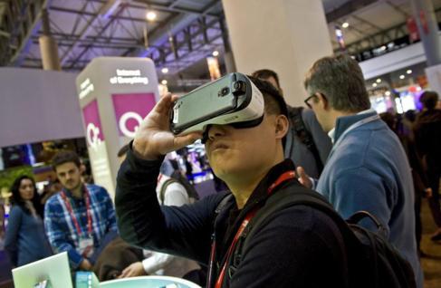 Un visitante del MWC utiliza unas gafas de realidad virtual que se...