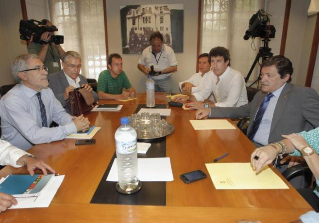 Javier Fernández y Gaspar Llamazares, en una de las negociaciones...
