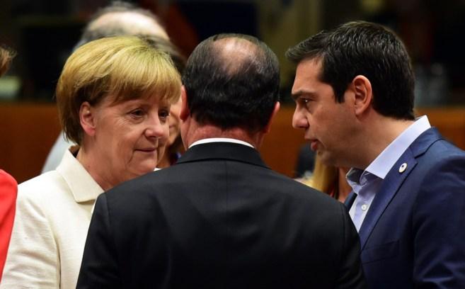 Angela Merkel conversa con Alexis Tsipras y François Hollande (de...