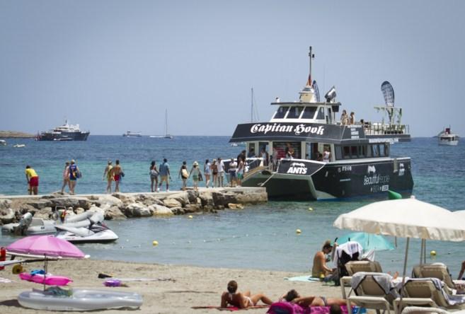 Turistas entrando en una 'party boat' en Ibiza
