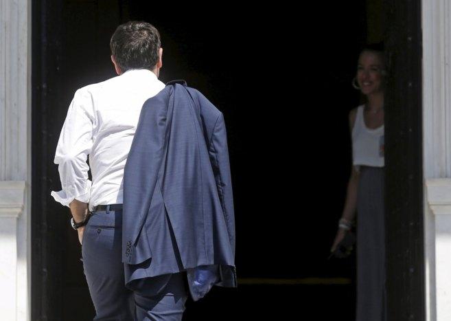El primer ministro griego, Alexis Tsipras, a su llegada a su oficina...
