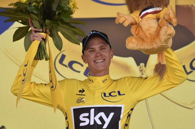 Froome celebra en el podio la victoria de la décima etapa.