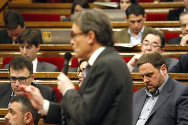 Oriol Junqueras y Artur Mas durante una sesión en el Parlament.