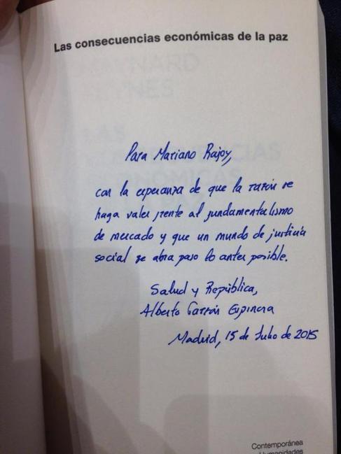 Imagen de la dedicatoria de Alberto Garzón en el libro para Mariano Rajoy.