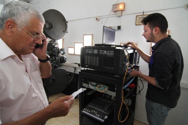Rafael Cansino dicta al redactor de EL MUNDO los códigos a introducir...