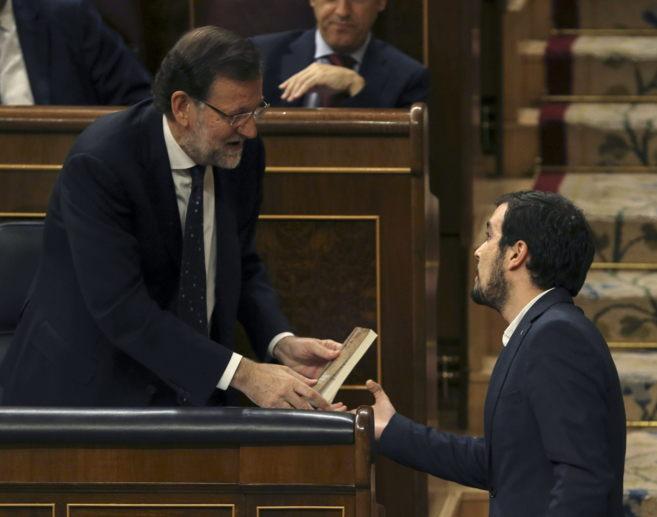 Momento en que Alberto Garzón entrega el libro de Keynes a Mariano...