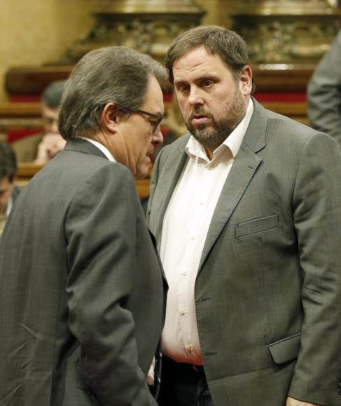 Mas y Junqueras conversan en el Parlament.