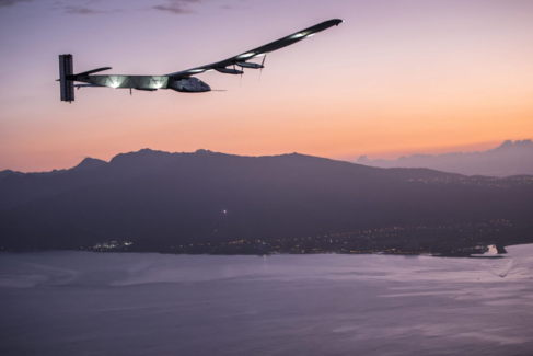 El avión Solar Impulse aterizando en Hawai.
