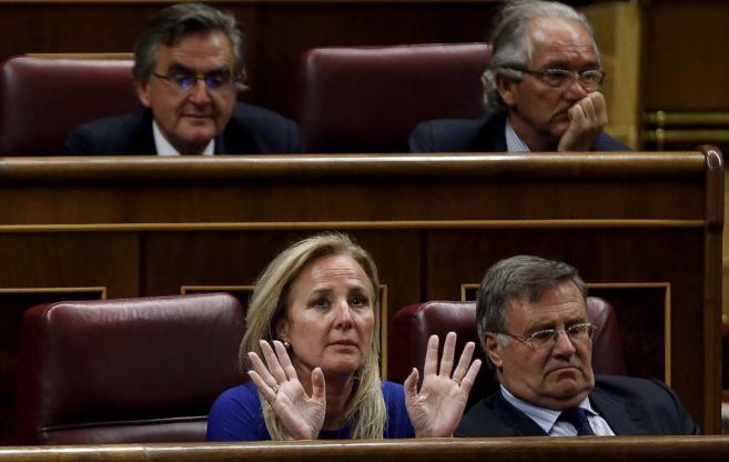La diputada Lourdes Méndez Monasterio en abril levanta las manos...