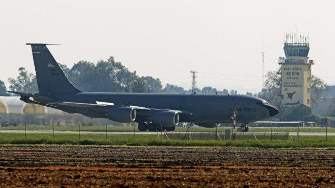 Un avión cisterna de las fuerzas aéreas de EEUU aterriza en la base...
