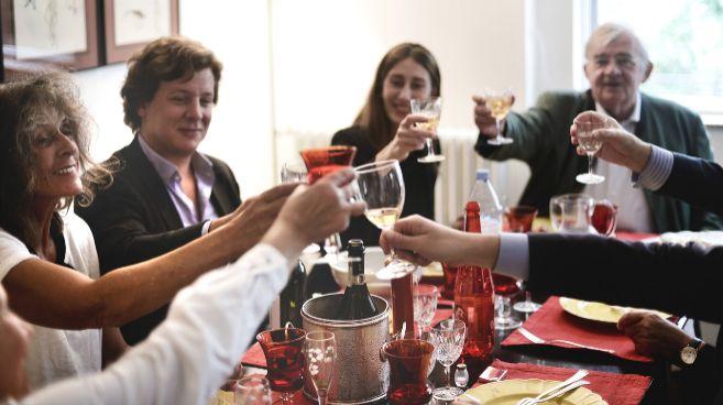 Un grupo de usuarios de VizEat en casa de un anfitrión.