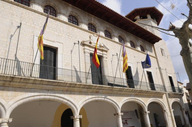 El Ayuntamiento de Alaró, en cuyos bajos se encuentra la comisaría...