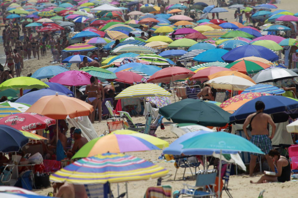 La playa de Getares en Algeciras (Cádiz) abarrotada de sombrillas...