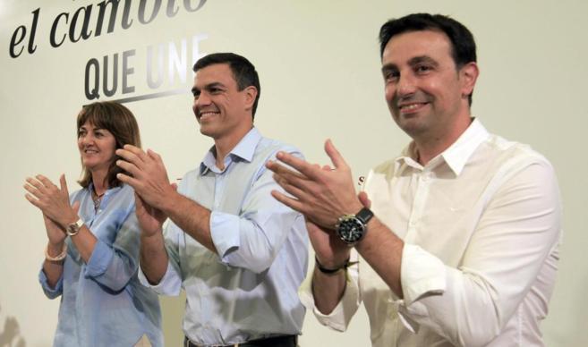 Pedro Sánchez junto a la secretaria general del PSE, Idoia Mendia, y...