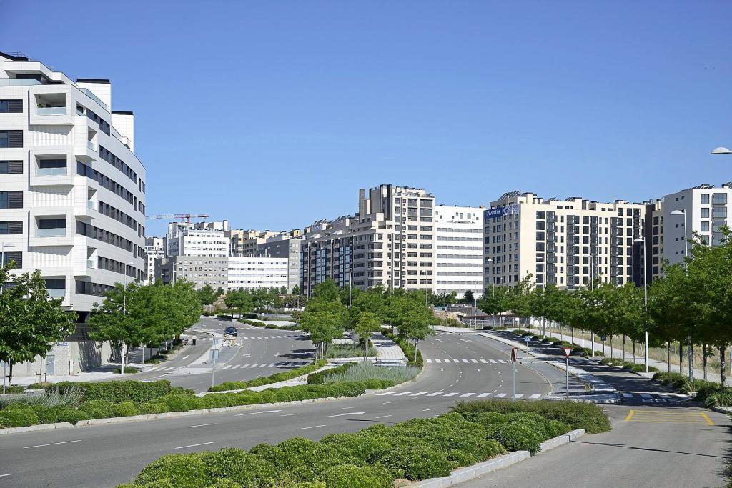 Una de las arterias principales del nuevo barrio de Valdebebas, al...