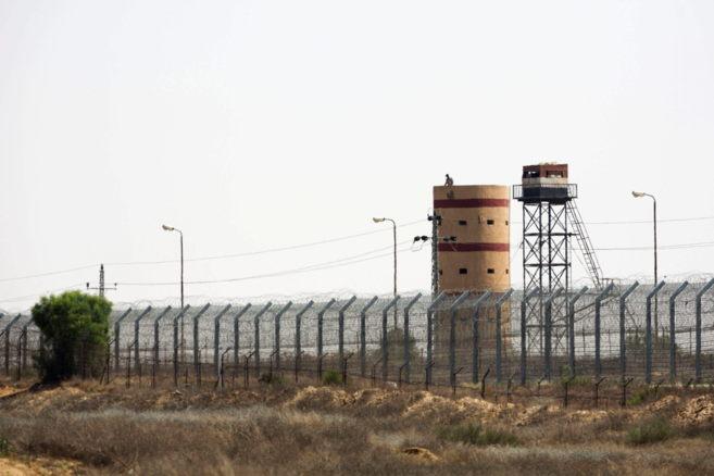 Un soldado vigila desde una atalaya en la frontera con Egipto en Kerem...
